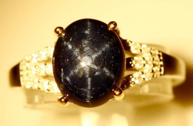Золотое кольцо с черным звездным камнем