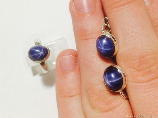 Стильный серебряный гарнитур с фиолетовым звездчатым яхонтом