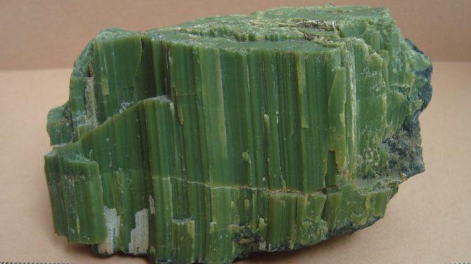 Офит - необработанный минерал