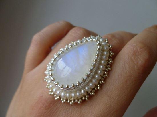 Кольцо с адуляром и белым жемчугом