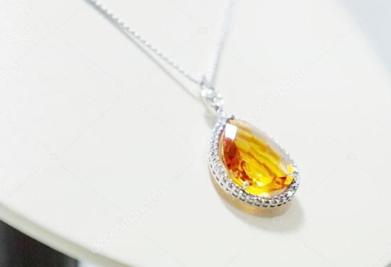 Ожерелье с жёлтым сапфиром