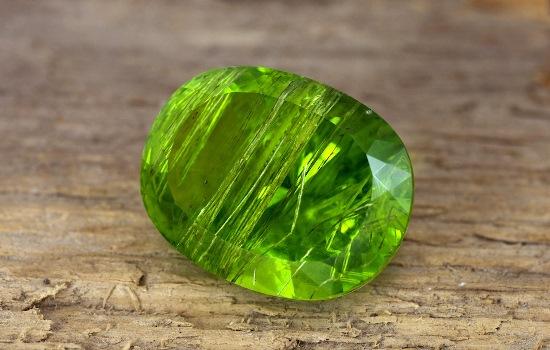 Ограненный зеленый хризолит
