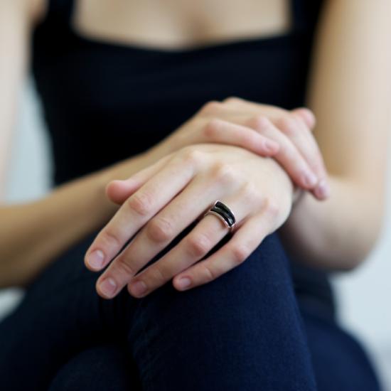Кольцо с янтарем на пальце