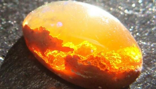 Опал оранжевого цвета