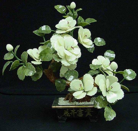 Композиция цветок персика с использованием зелёного нефрита