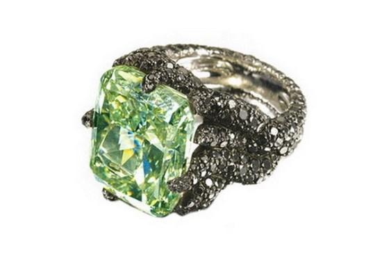 Алмаз редчайшего зеленого цвета естественного происхождения