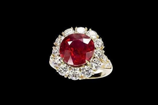 Кольцо инкрустировано классическими белыми бриллиантами и желтым золотом, красным алмазом
