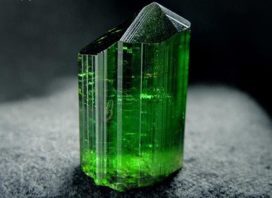 Камень зелёный турмалин
