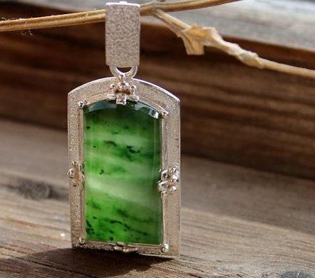 Серебряная подвеска с зелёным нефритом
