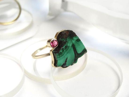 Золотое кольцо с розовым турмалином и малахитом