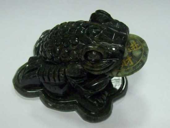 Фигурка лягушки из змеевика