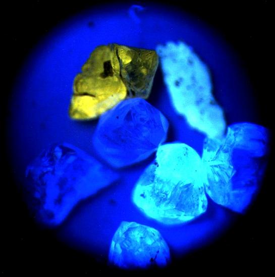 Бриллиант при свете ультрафиолета