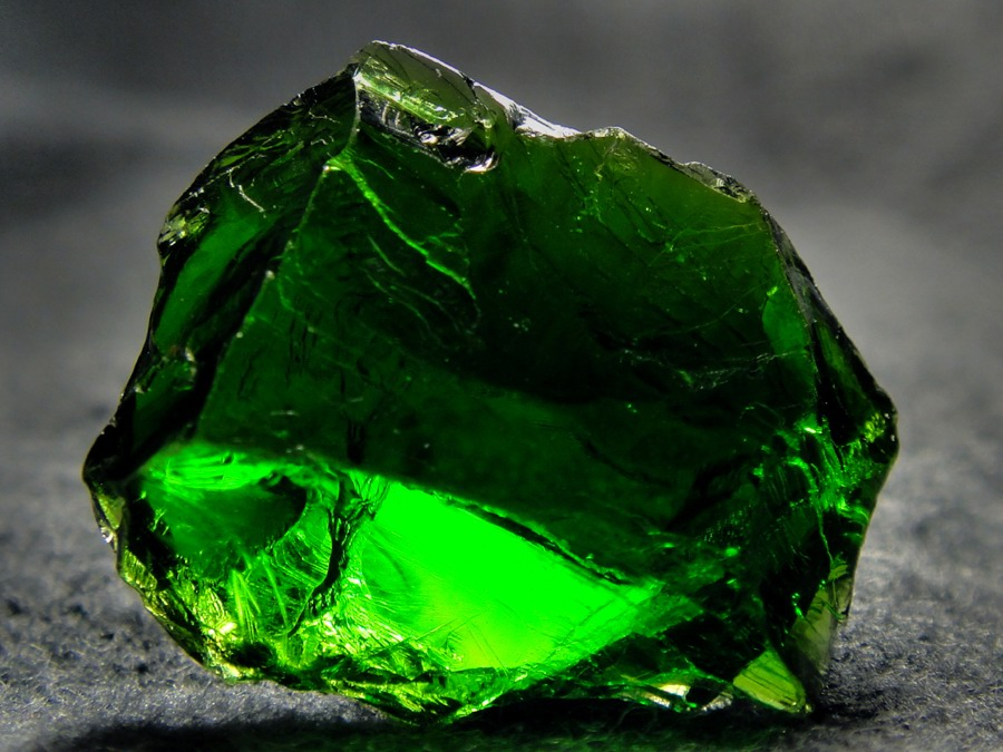 Камень хромдиопсид