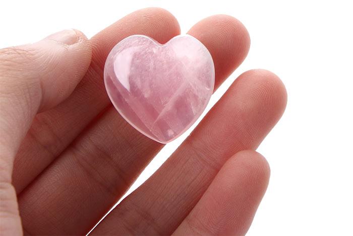 розовый камень в форме сердца