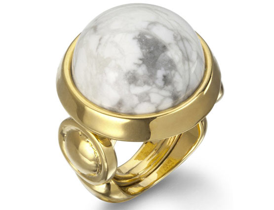 Золотое кольцо с белой яшмой