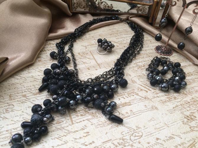 изделия и черным камнем