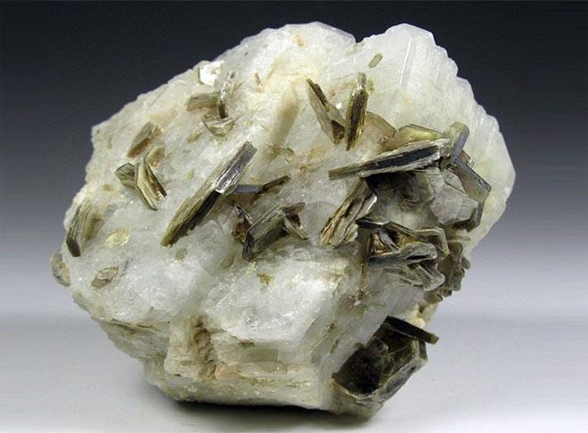 камень альбит