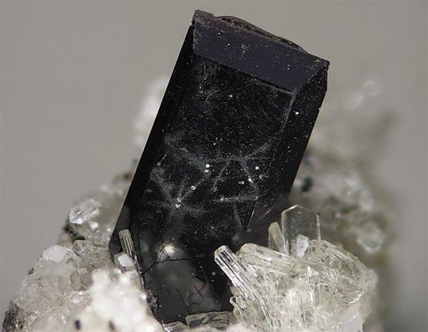 камень алланит