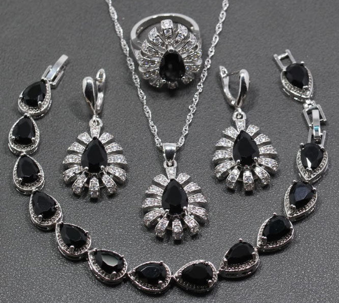 ювелирные украшения с камнями черного цвета