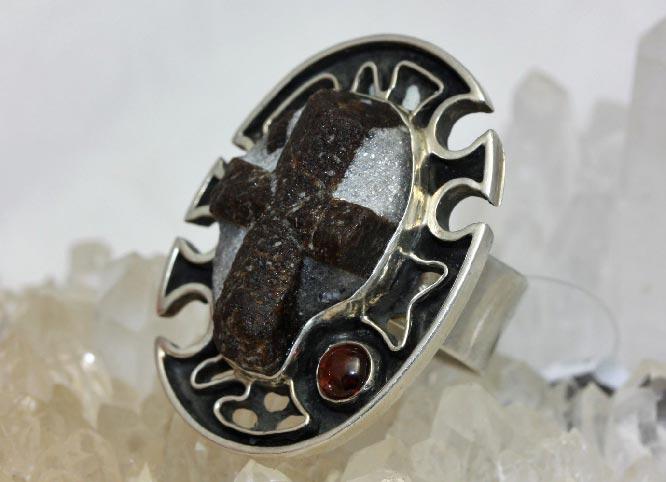 кольцо со ставролитом