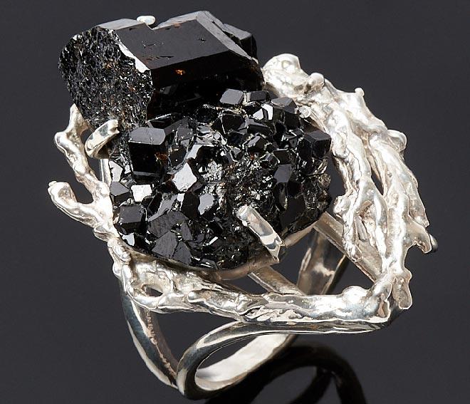 кольцо с камнем Меланит