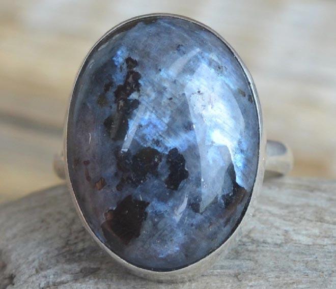кольцо с ларвикитом