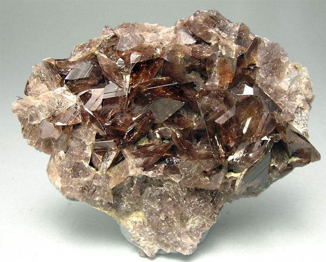 Камень Аксинит: магические свойства, 4 вида, кому подходит и ...