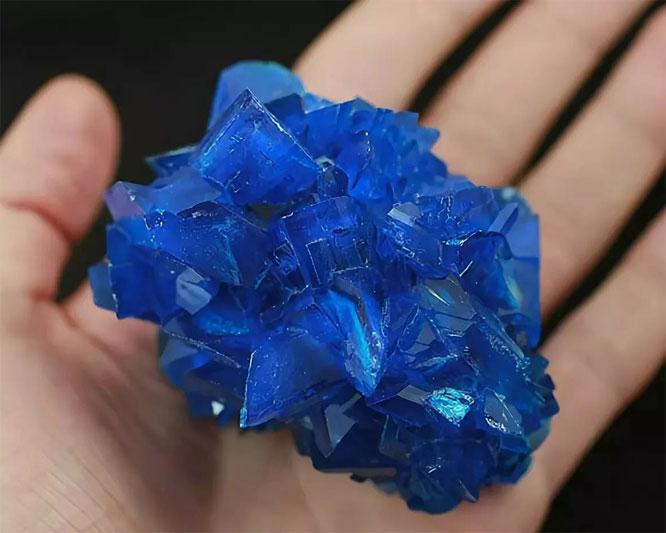 камень халькантит