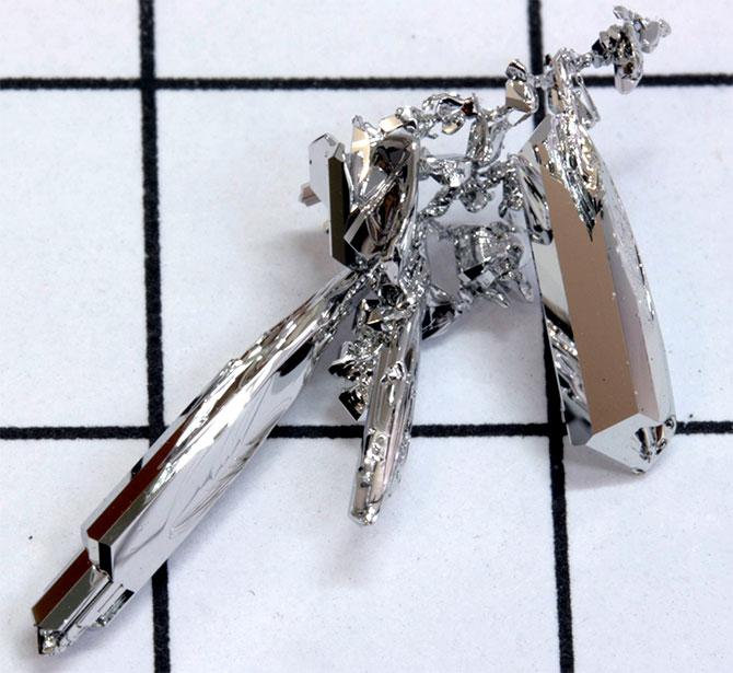 Серебристо-белый металл
