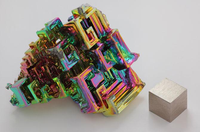 Синтетический кристалл висмута и слиток объёмом 1 см3