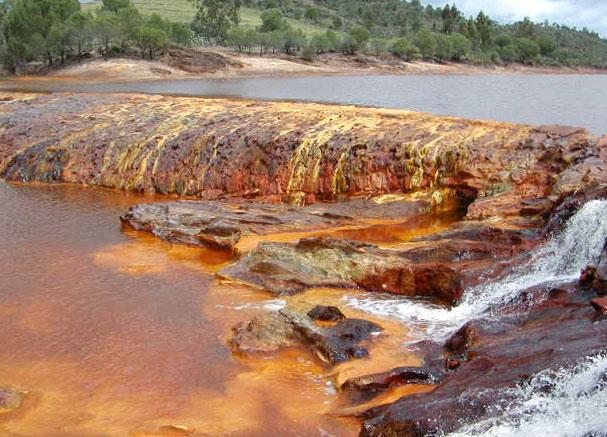 Гидротермальный источник с железистой водой. Оксиды железа окрашивают воду в бурый цвет