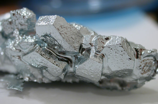 Мягкий, хрупкий металл серебристо-белого цвета с синеватым оттенком - галлий