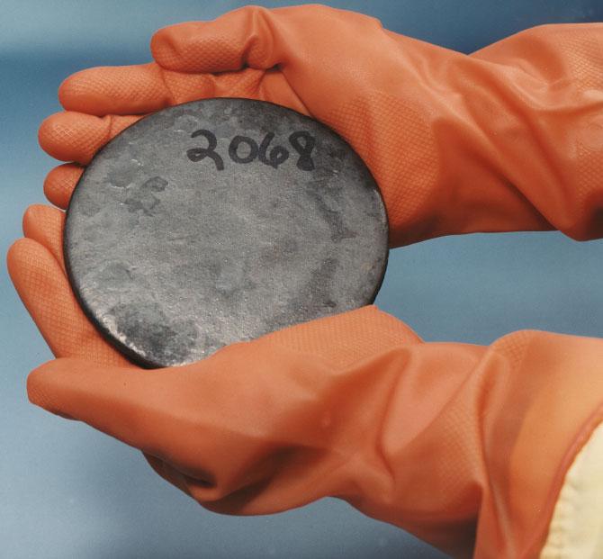 Тяжёлый серебристо-белый глянцеватый металл - уран
