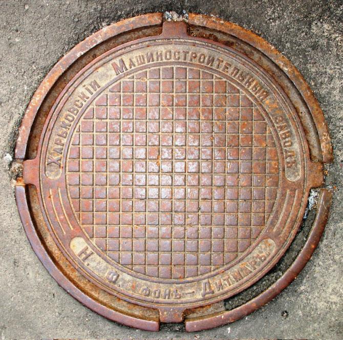 Чугунная крышка канализационного люка
