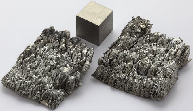 Умеренно мягкий, лёгкий редкоземельный металл серебристого цвета с жёлтым отливом - Скандий