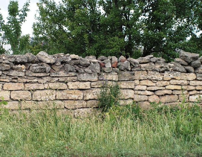 Стена, сложенная из известняка